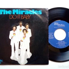 Discos de vinilo: SINGLE - THE MIRACLES : DO IT BABY + I WANNA BE WITH YOU (TAMLA MOTOWN, 1974) SONIDO FILADELFIA . Lote 172683722