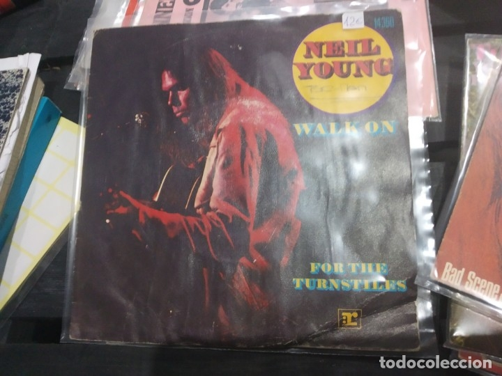 SINGLE NEIL YOUNG WALK ON (Música - Discos - Singles Vinilo - Otros estilos)