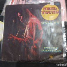 Discos de vinilo: SINGLE NEIL YOUNG WALK ON. Lote 175180880