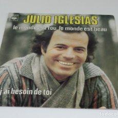Discos de vinilo: SINGLE JULIO IGLESIAS - LE MONDE EST FOU, LE MONDE EST BEAU - J'AI BESOIN DE TOI - FRANCIA - 1978. Lote 175556213
