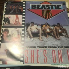 Disques de vinyle: BEASTIE BOYS - SHE'S ON IT - MAXI UK DEF JAM 1985 - HIP HOP ELECTRO. Lote 175594444