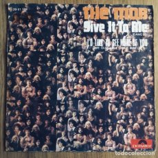 Discos de vinilo: THE MOB GIVE IT TO ME SINGLE ESPAÑA EXCELENTE. Lote 176155110