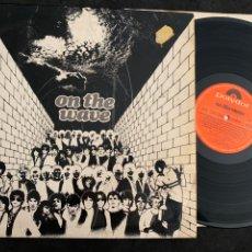 Discos de vinilo: DISCO LP VINILO ON THE WAVE EDICIÓN ESPAÑOLA DE 1980 THE CURE 999 CHORDS SIOUXIE AND BANSHEES. Lote 177384574