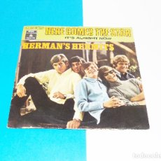 Discos de vinilo: HERMAN´S HERMITS ---- HERE COMES THE STAR & IT´S ALRIGHT NOW --AÑO 1969 ***COL***. Lote 179059540