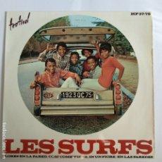 Discos de vinilo: EP ESPAÑOL - LES SURFS - FLORES EN LA PARED. Lote 181328113