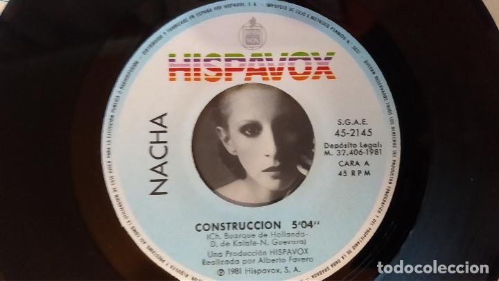 Discos de vinilo: SINGLE NACHA GUEVARA: CONSTRUCCCIÓN-AQUÍ ESTOY, 1981, muy buen estado, Hispavox– 45-2145(VG+_VG+) - Foto 4 - 183664728