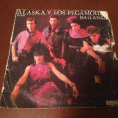 Discos de vinilo: ALASKA Y LOS PEGAMOIDES-BAILANDO DISCO PEQUEÑO AÑO 1982. Lote 184136315