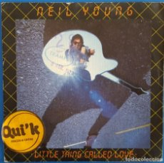 Discos de vinilo: SINGLE / NEIL YOUNG / LITTLE THING CALLED LOVE - WE ARE IN CONTROL / 1982. Lote 186208057