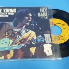 Discos de vinilo: DISCO DE VINILO SINGLE NEIL YOUNG . HEY BABE . WITH CRAZY HORSE. Lote 189680203