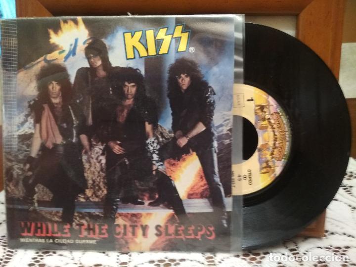 KISS WHILE THE CITY SLEEPS SINGLE SPAIN 1984 PDELUXE (Música - Discos - Singles Vinilo - Heavy - Metal)