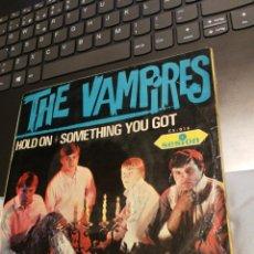 Discos de vinilo: THE VAMPIRES- HOLD ON + 3 SESION 1966 / ESTA FIRMADO POR LOS MIEMBROS DEL GRUPO. Lote 192757282