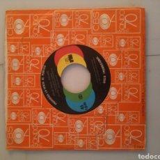 Discos de vinilo: JOHN PAUL YOUNG. BAJO LA LLUVIA. CORAZÓN EN LLAMAS.. Lote 192815676