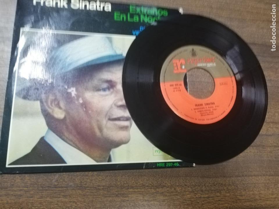 Discos de vinilo: SINGLE. FRANK SINATRA. EXTRAÑOS EN LA NOCHE. VIENTO ESTIVAL. - Foto 4 - 194767450