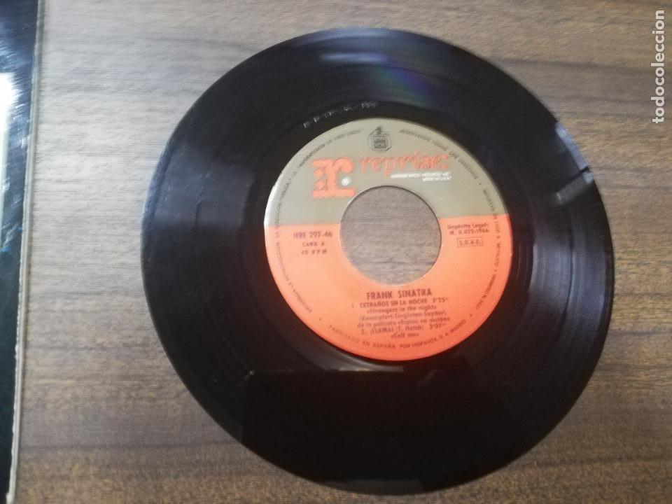 Discos de vinilo: SINGLE. FRANK SINATRA. EXTRAÑOS EN LA NOCHE. VIENTO ESTIVAL. - Foto 6 - 194767450