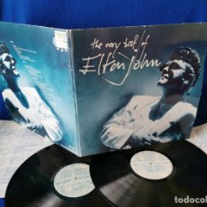 Discos de vinilo: ELTON JOHN - THE VERY BEST OF - DOBLE LP 1990 - INSERTOS CON LAS LETRAS DE LAS CANCIONES. Lote 194938691