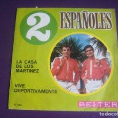 Discos de vinilo: 2 DOS ESPAÑOLES SG BELTER 1970 - LA CASA DE LOS MARTINEZ/ VIVE DEPORTIVAMENTE - SINTONIA PROGRAMA TV. Lote 195048210