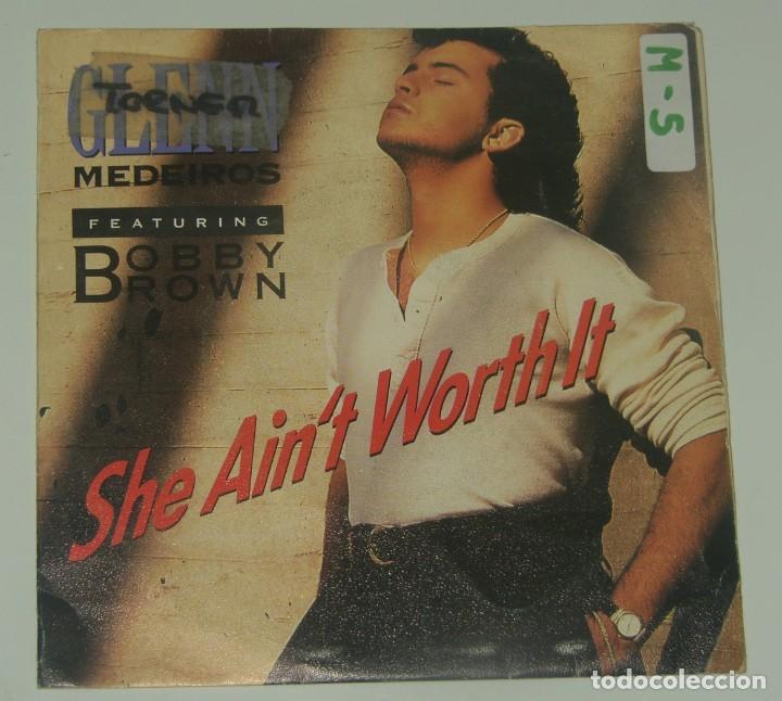 GLENN MEDEIROS & BOBBY BROWN: SHE AIN´T WORTH IT, SINGLE MERCURY 875 620-7, SPAIN, 1990 (Música - Discos - Singles Vinilo - Pop - Rock Extranjero de los 90 a la actualidad)