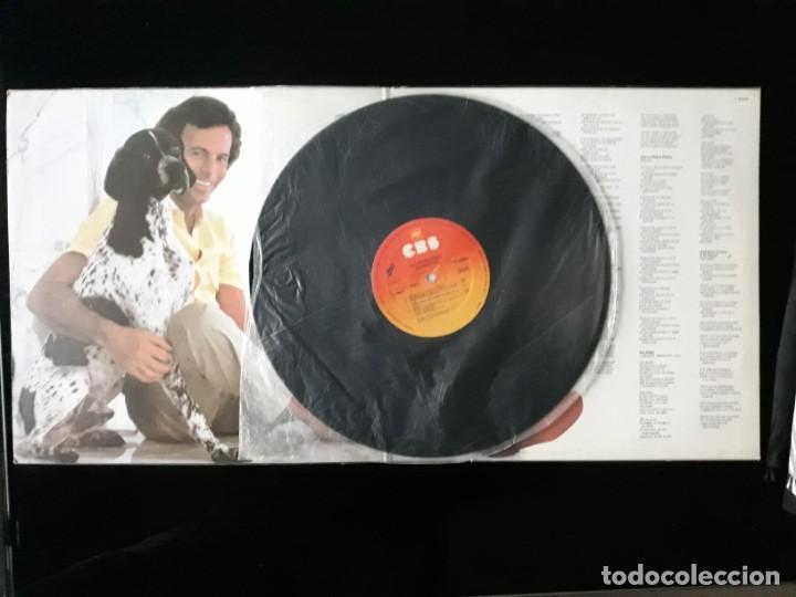 Discos de vinilo: DISCO VINILO LP DE JULIO IGLESIAS. MOMENTOS CBS 1982 - Foto 2 - 196648642