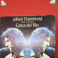Discos de vinilo: ALBERT HAMMOND 'CERCA DEL RÍO' EN ESPAÑOL SINGLE 1975. Lote 197828896