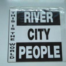 Discos de vinilo: SINGLE PROMOCIONAL RIVER CITY PEOPLE. THIS IS THE WORLD. EMI ESPAÑA 1992. PERFECTO ESTADO. Lote 198843100
