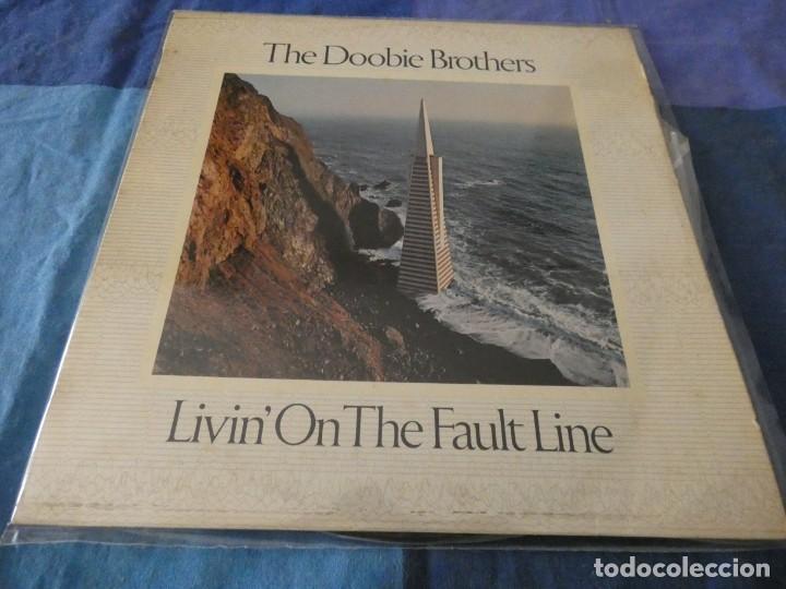 LP ESPAÑOL DOOBIE BROTHERS LIVING ON THE FAULT LINE 1977 BUEN ESTADO (Música - Discos de Vinilo - EPs - Pop - Rock Extranjero de los 70)