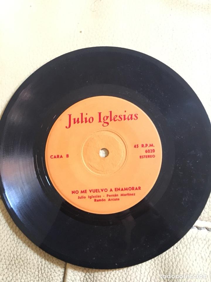 Discos de vinilo: Autografo Julio Iglesias fechado 27/8/1984 vinilo 45rpm - Foto 3 - 200187357
