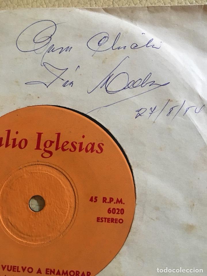 AUTOGRAFO JULIO IGLESIAS FECHADO 27/8/1984 VINILO 45RPM (Música - Discos de Vinilo - Maxi Singles - Solistas Españoles de los 70 a la actualidad)