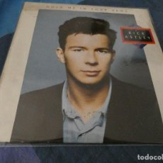 Discos de vinilo: DESDE 2 EUROS LP RICK ASTLEY HOLD ME IN YOUR ARMS ESTADO CORRECTO DISCO EL GRAN IDOLO SEXUAL. Lote 200780227