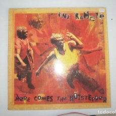 Discos de vinilo: INI KAMOZE HERE COMES THE HOTSTEPPER 1994 MXSG CBS SONY SPAIN 01-661047-20 - INI KAMOZE. Lote 201511812