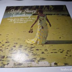 Discos de vinil: LP - VINILO - SHIRLEY BASSEY – SOMETHING - UAS 29 100 I ( VG - G+) GERMANY - REISSUE. Lote 202598157