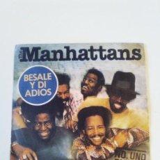 Discos de vinilo: THE MANHATTANS BESALE Y DI ADIOS KISS AND SAY GOODBYE / WONDERFUL WORLD OF LOVE ( 1976 CBS ESPAÑA ). Lote 202600840