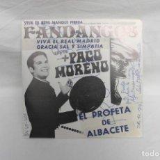 Discos de vinilo: PACO MORENO, SINGLE, VIVA EL REAL MADRID, VIVA ER BETIS MANQUE PIERDA, FIRMADO 1974. Lote 263167280
