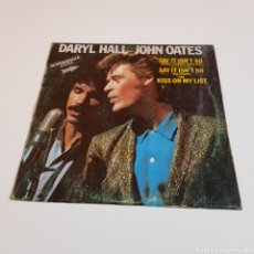 Discos de vinilo: DARYL HALL JOHN OATES - SAY IT INS'T SO - KISS ON MY LIST. Lote 204100317
