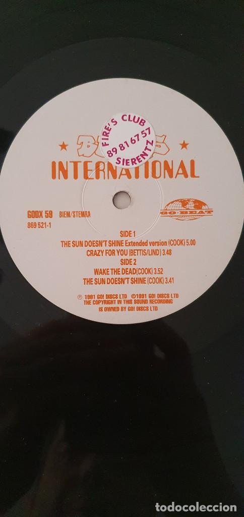 Discos de vinilo: Beats International – The Sun Doesnt Shine Sello: Go! Beat – GODX 59, Go! Beat – 869 521-1 Forma - Foto 5 - 204158453