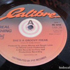 Discos de vinilo: REAL THING / SHE'S A GROOVY FREAK / MAXI 12 UK / ELECTRONIC FUNK SOUL DISCO 1980S / VINILIO / VG++. Lote 204414886