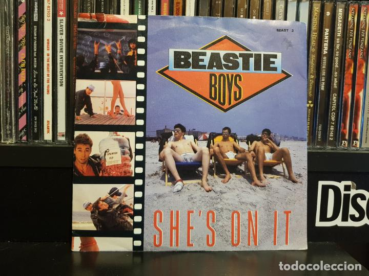 BEASTIE BOYS - SHE'S ON IT (Música - Discos - Singles Vinilo - Rap / Hip Hop)