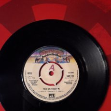 Discos de vinilo: KISS SINGLE VINILO THEN SHE KISSED ME / HOOLIGAN - FLAMING YOUTH INGLATERRA 1977. CASABLANCA PYE. Lote 205043420