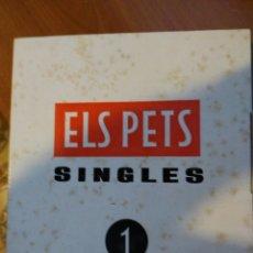 Dischi in vinile: ESTUCHE DE 10 SINGLES DE ELS PETS, CON LIBRETO Y PÓSTER. VER FOTOS.. Lote 209633730