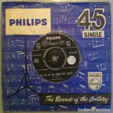 Discos de vinilo: CHARLIE WALKER. TWO EMPTY ARMS/ PICK ME UP ON YOUR WAY DOWN. PHILIPS, UK 1958 SINGLE. Lote 209883093
