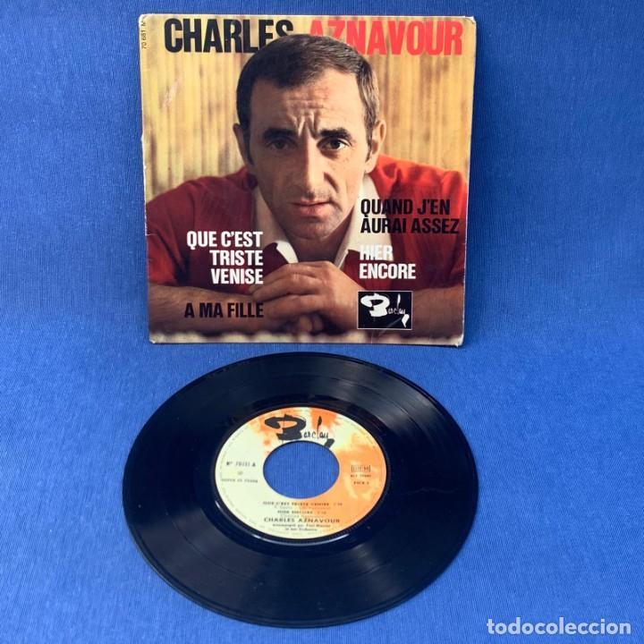 Discos de vinilo: SINGLE CHARLES AZNAVOUR - QUE C´EST TRISTE VENISE - FRANCIA - Foto 2 - 209912022