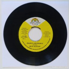 "Discos de vinilo: BUJU BANTON - PEOPLE AND PEOPLE / PICKNEY - MASH MY HE [REGGAE / DANCEHALL ORIGINAL] 7"" 45RPM [2003]. Lote 211926860"