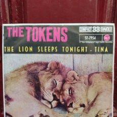 Discos de vinilo: THE TOKENS. THE LION SLEEPS TONIGHT. SINGLE VINILO 1961. BUEN ESTADO. Lote 214484952