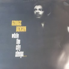 Discos de vinilo: GEORGE BENSON WHILE THE CITY SLEEPS. Lote 214576555
