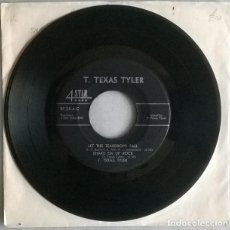 Discos de vinilo: T TEXAS TYLER. CONFINED/ GO ON AND SWEEP AROUND ME/ LET THE TEARDROPS FALL/ SHAKE EM UP ROCK. 1958. Lote 215305636