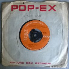 Disques de vinyle: ELVIS PRESLEY. MOODY BLUE/ SHE THINKS I STILL CARE. RCA-VICTOR, UK 1976 SINGLE. Lote 218160170