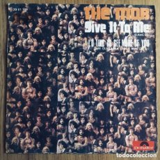 Discos de vinilo: THE MOB GIVE IT TO ME SINGLE ESPAÑA EXCELENTE. Lote 218783916