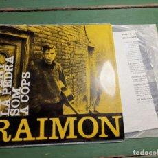 Discos de vinilo: RAIMON. AL VENT. LA PEDRA. SOM. A COPS. EDIGSA. 1962. CON LETRAS Y PUBLICIDAD EDIGSA. Lote 218835516