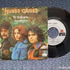 Discos de vinilo: NUBES GRISES - EL SOLITARIO / COMUNICANDO. EDITANDO POR ARIOLA. AÑO. Lote 218899596