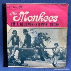 Discos de vinil: SINGLE THE MONKEES - I'M A BELIEVER - STEPPIN' STONE - ESPAÑA - AÑO 1967. Lote 219311358