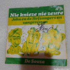 Discos de vinilo: JOHN EN DE HOFZANGERS EN ZANGERESSEN / JOHNNY BOYS- NIE KNIEZE, NIE ZEURE / DE SOUZA. Lote 220997240